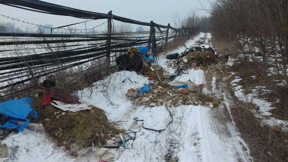 A januárban hulladékkal beszennyezett helyszínt még a hó se takarta el.