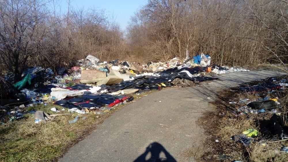 Töltéstava külterületén brutális hulladékkupac