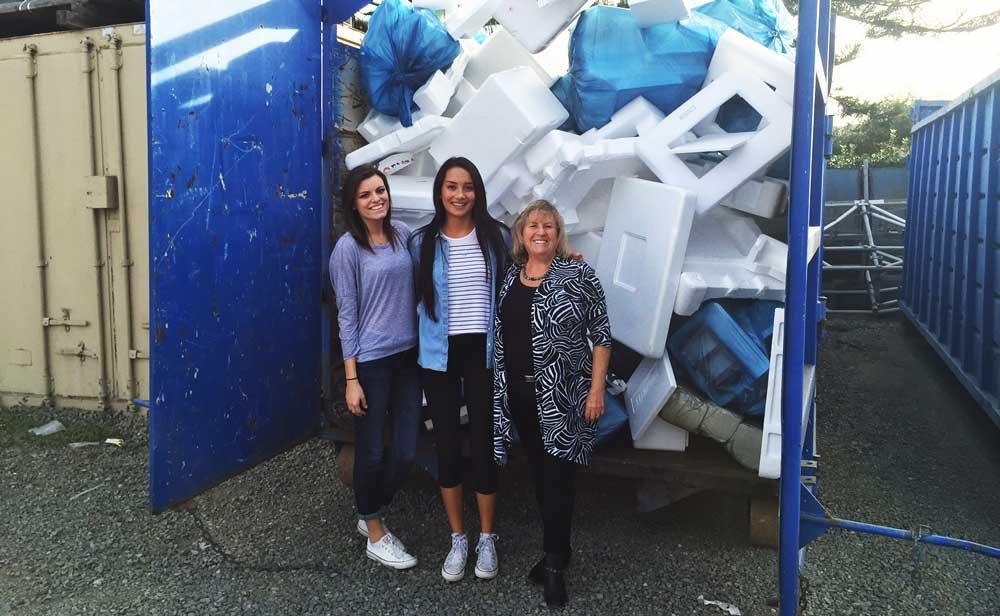 Anne Krieghoff (jobbra), az irvine-i Kaliforniai Egyetem fenntarthatósági programjának vezetője hungarocell-újrahasznosító programot indított a laboratóriumban keletkező műanyag hulladék csökkentésére. / Fotó: the-scientist.com