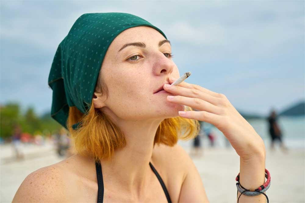 A cigicsikkes partok felelőse a cigicsikket eldobáló dohányosok. Cigicsikkmentes strand csak nélkülük elképzelhető. / Fotó: surfertoday.com