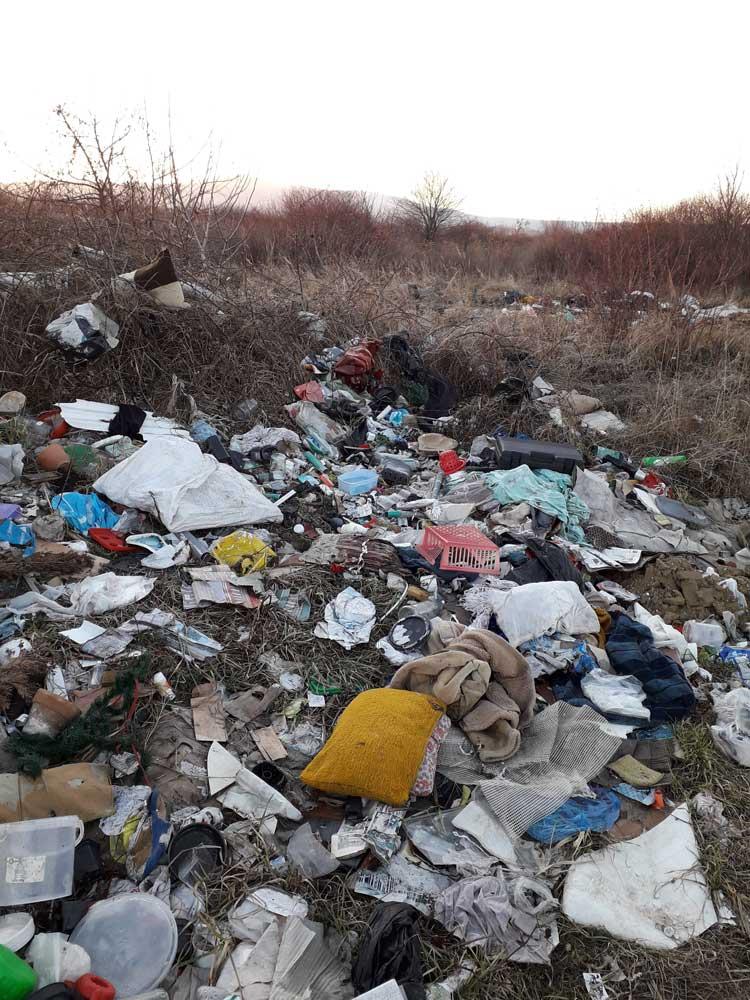 Illegális hulladéklerakattá vált eme táj.