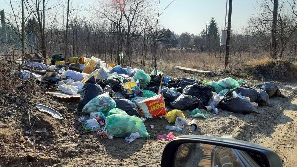 A képen jól látható, hogy van itt szinte minden, ami lakossági hulladék.
