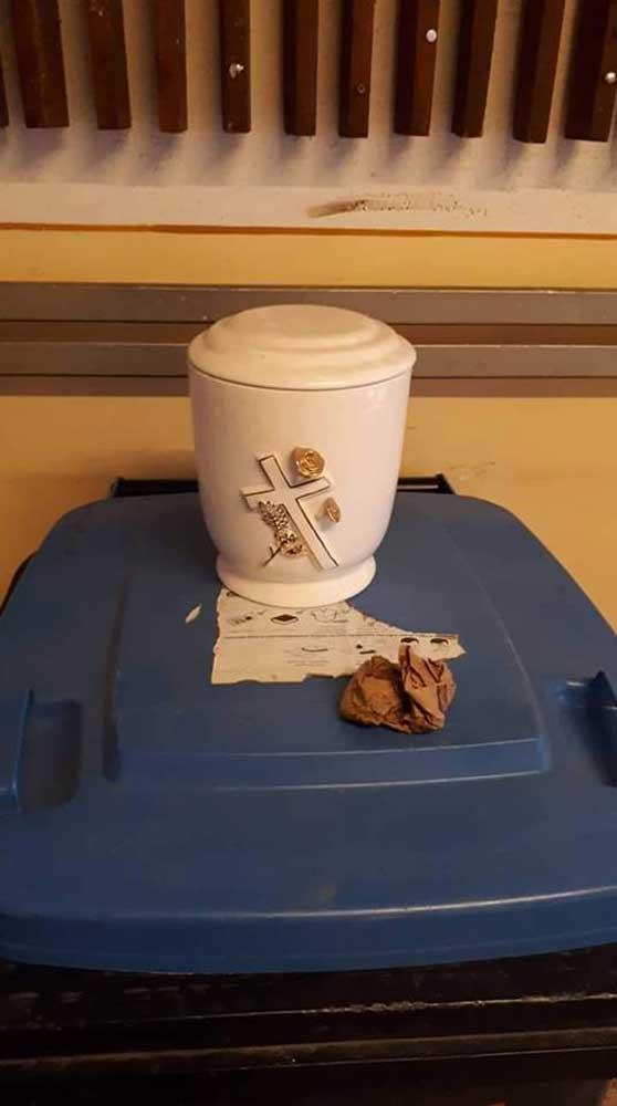 Temetkezési urna egy szelektív hulladékgyűjtőn. Elég morbid nem? / Fotó: facebook.com/groups/ujpalotaicsevego