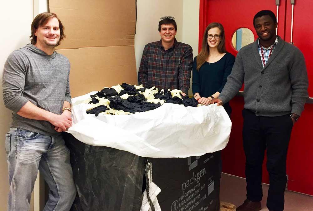 Lisa Anderson (jobbról a második), aki jelenleg az Amyris egyik kutatója, programot indított a kesztyűk újrahasznosítására posztdoktori tanulmányai során, amikor egy szintetikus biológiai laboratóriumban dolgozott az MIT-n. / Fotó: the-scientist.com