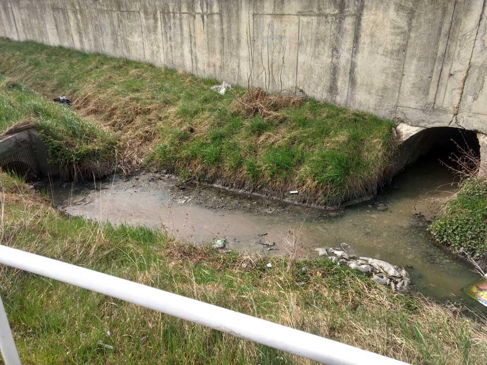 A víz tetején úszó szennyezés egyértelmű, de a forrása még nem.