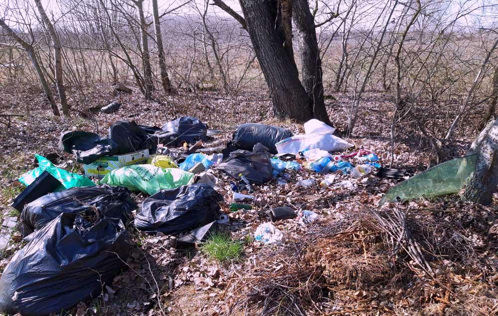 Egy igazán frissnek tűnő kommunális hulladéklerakat.