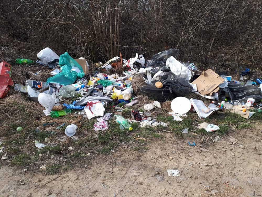 Egy tipikus kommunális hulladéklerakat. Miért kellett ez ide?