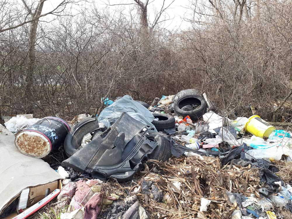 Bontott autóalkatrészek, gumiabroncs, festékes vödrök. Mind-mind veszélyes hulladéknak számít.