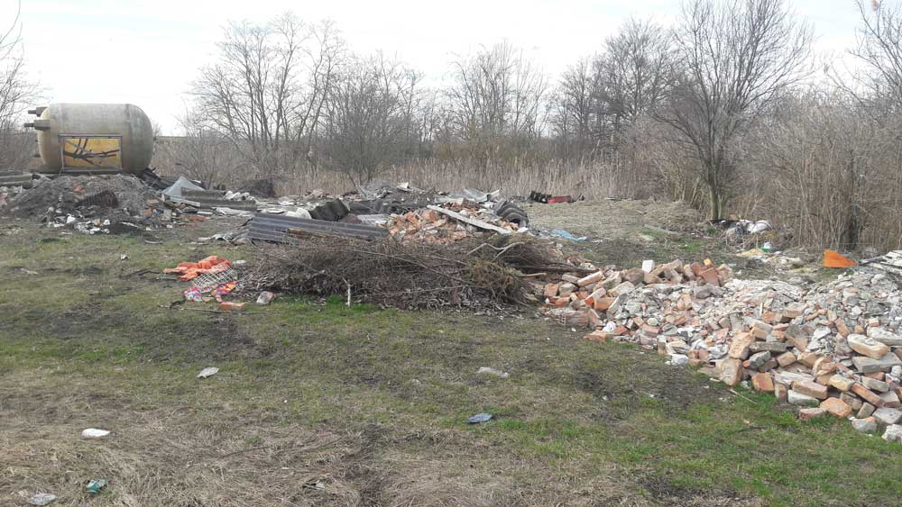 Az Ikva patak mellé hordott veszélyes és kommunális hulladék.