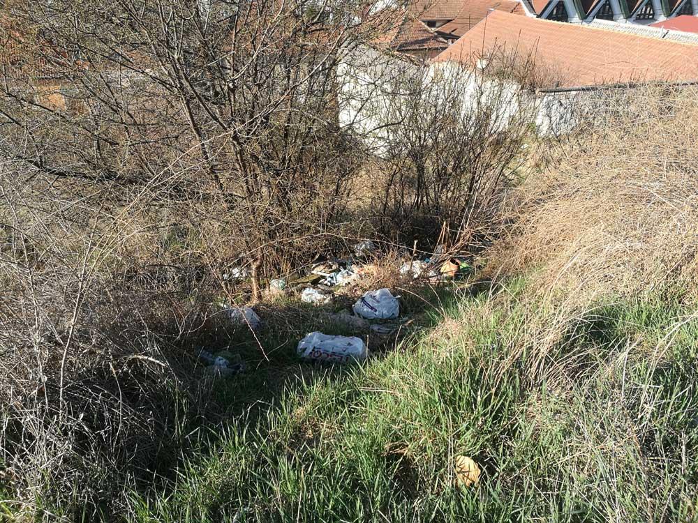 Illegális hulladéklerakat Kertalja utcában, Eger városában.