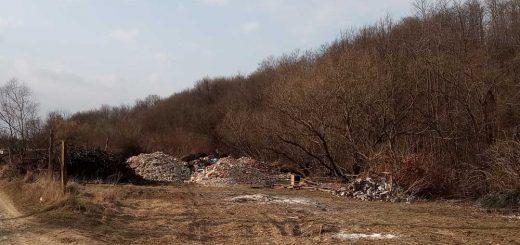 Szendehely illegális sitt-telepe a Lósi-patak mellett