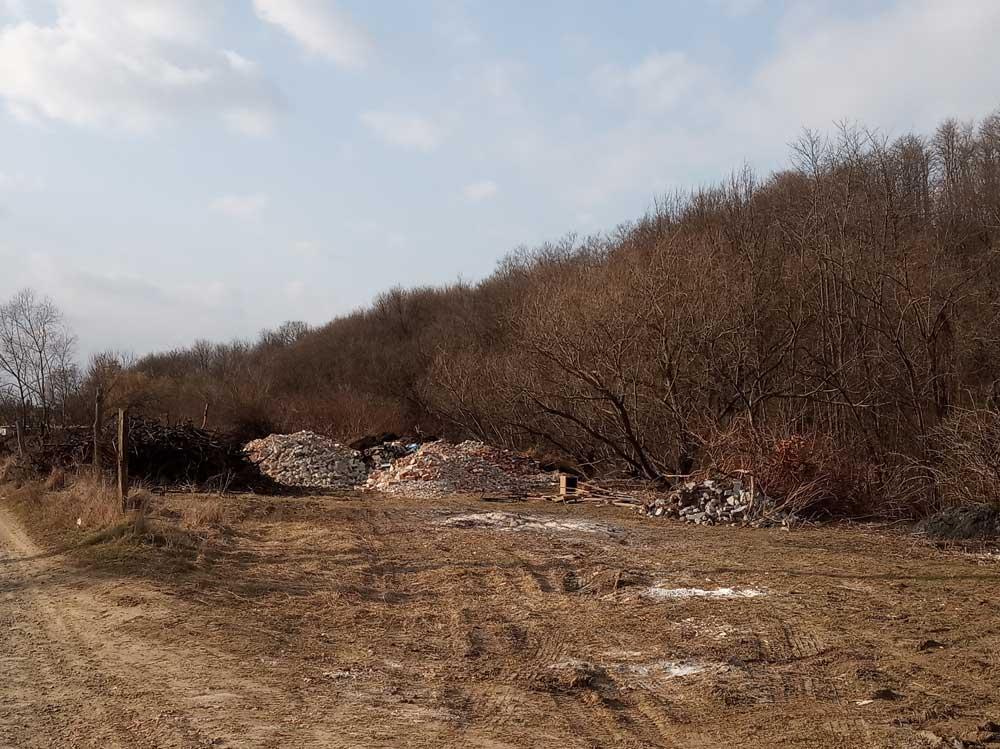 Építési hulladék gyűlik a bejelentő szerint illegálisan a területen.