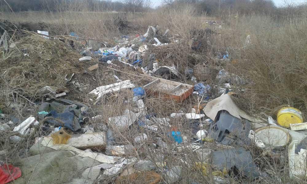 A bejelentés képeit elnézve egy évek óta gyűlő hulladékrengeteggel állunk szembe.