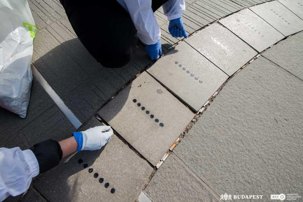 A BKK munkatársai a térkövek közül is kiszedték a cigicsikkeket. / Fotó: BKK/Nyírő Simon