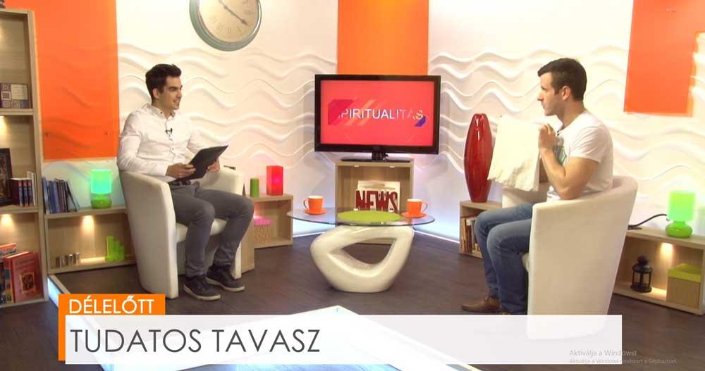 Szebenyi Péter a műsorban bemutatja a Csomagolásmentes május flashmob kellékét, a szövet szatyrot. / Fotó: bonumtv.hu