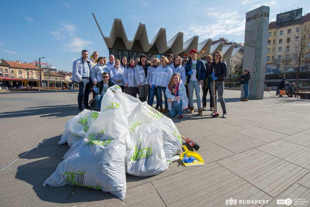 A BKK Zrt. munkatársai és a JÖN Alapítvány önkéntesei az TeSzedd esemény eredményével. Elképesztő, nem? / Fotó: BKK/Nyírő Simon