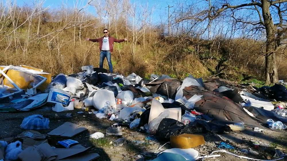 Szebenyi Péter, hulladékvadász a szeméthegy csúcsán.