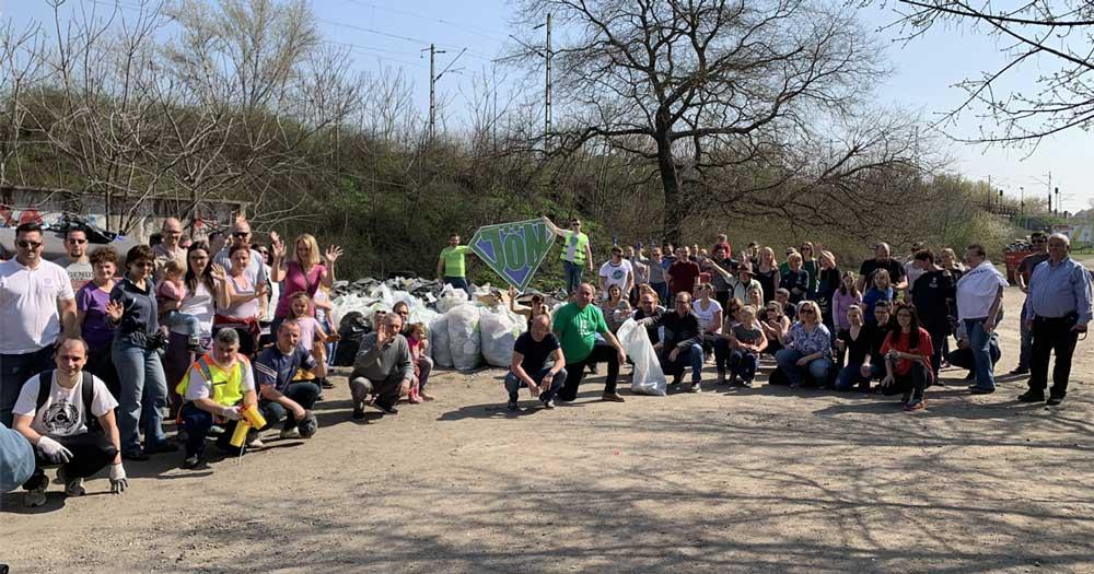 A zuglói Francia út takarítása után az önkéntesek összeálltak egy csoportképre.