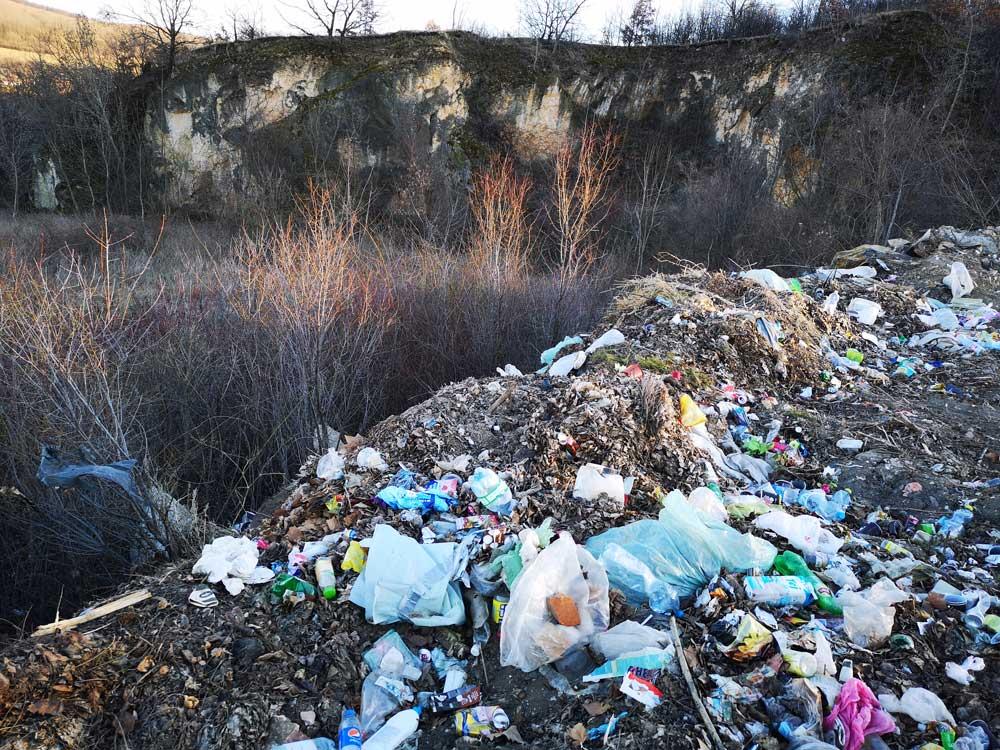 Nem csak a szakadék széléig, hanem a szakadék aljába is kerül a hulladékból.