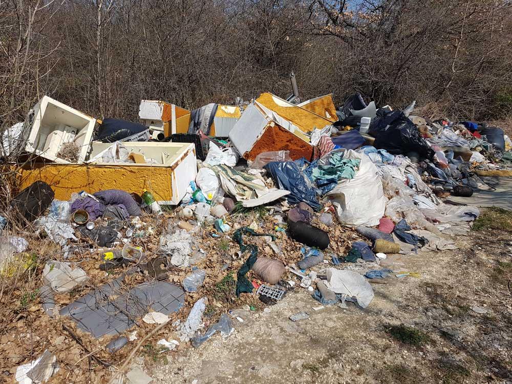 A területen veszélyes hulladéknak minősülő illegálisan lerakott hulladék van.