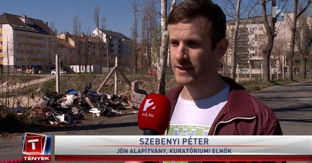 Szebenyi Péter és a háttérben javarészt műanyaghulladékból álló illegális szemétdomb. / Fotó: tv2.hu