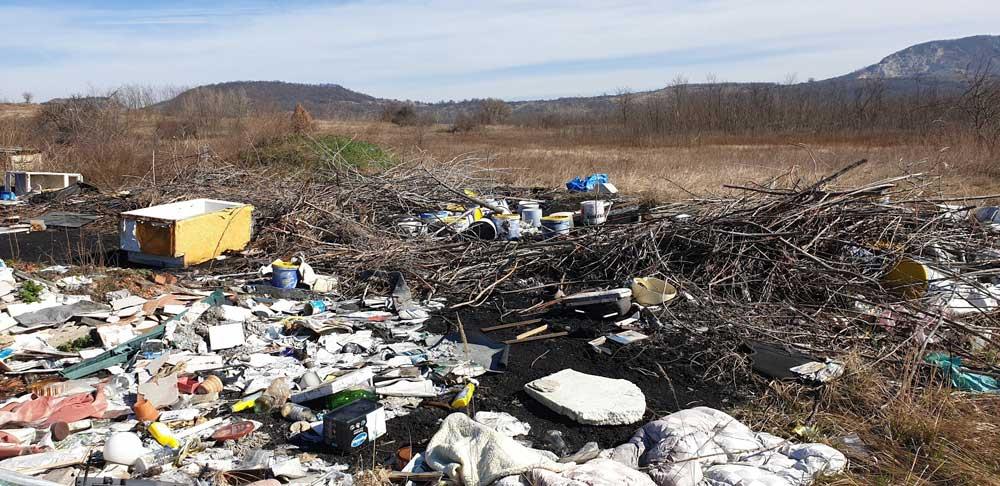A több tonna hulladék között építési, veszélyes, kommunális hulladék és található.