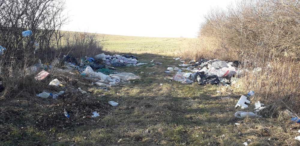 Illegális hulladéklerakat a település határában.