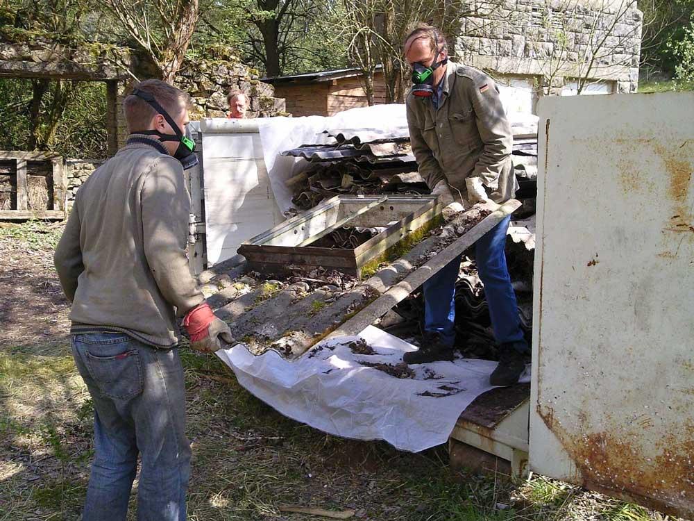 Azbesztpala különösen veszélyes hulladéknak minősül, amit csak szakemberek bonthatnak el. / Fotó: wikipedia.