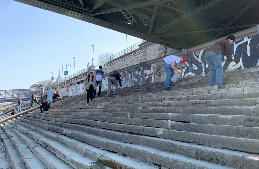 Az (j)önkéntesek elözönlik a rakpartot, a Szabadság híd alatt.