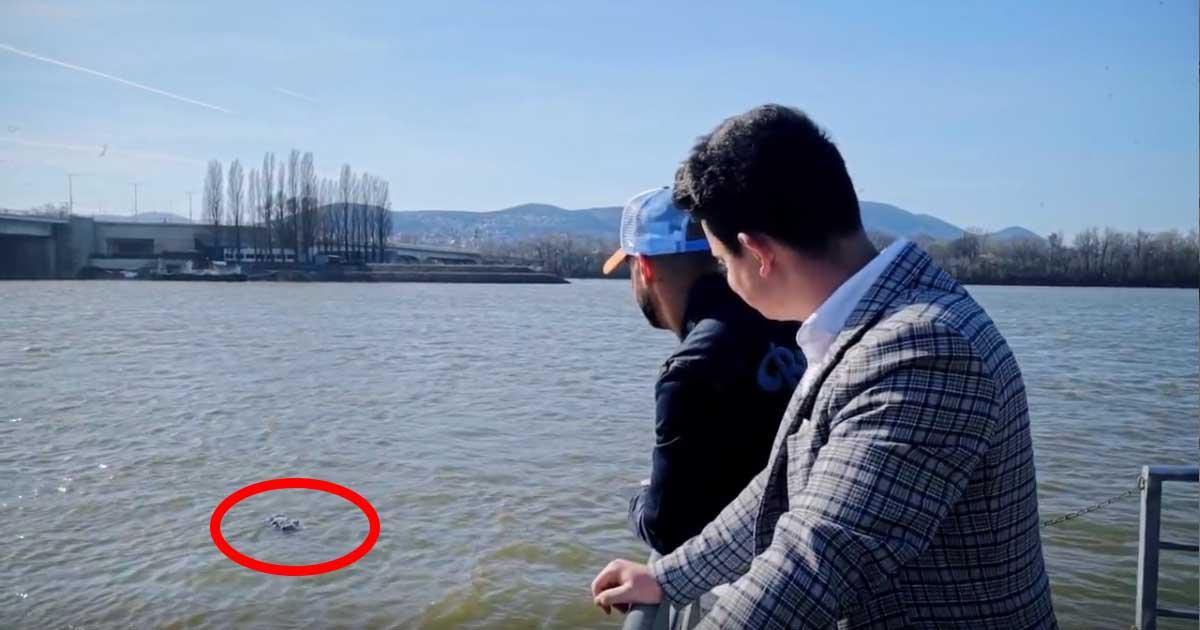 """""""Többdiplomás"""" youtuberek boldogan beszélgetnek miközben elmerül a Dunában a farmernadrág. Bicskanyitogató jelenet. / Fotó: youtube.com"""