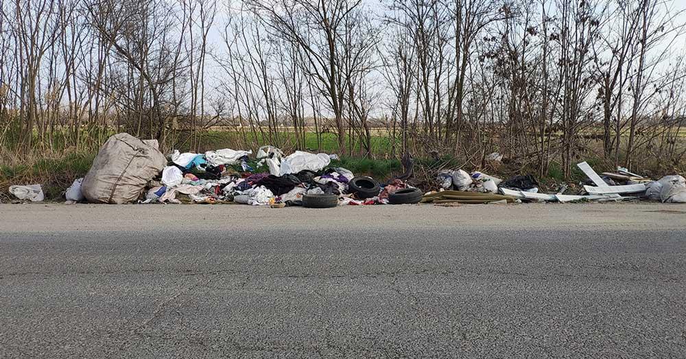 Az illegális hulladéklerakat komoly veszélyt jelenthet az arra közlekedők részére.