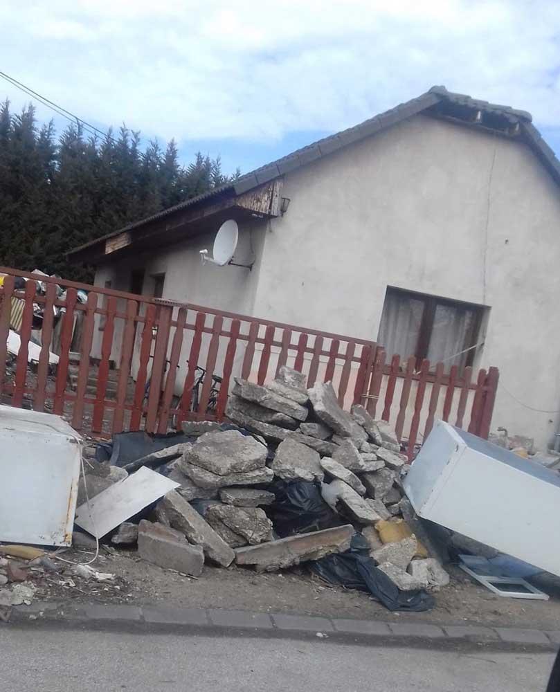 Az úgynevezett háznagyságú szemétdomb az épület mögött látható, de elől bontott hűtők és építési törmelék színesíti a környéken élők életét.