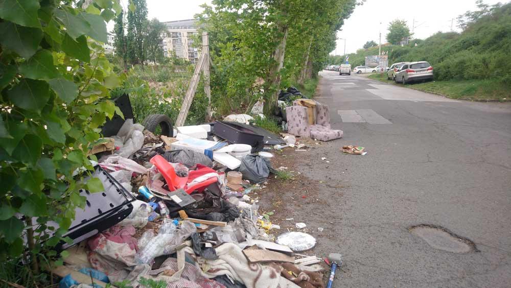 """Az autósoknak kerülhetniük kell folyamatosan az útra """"kifolyó"""" hulladékot."""