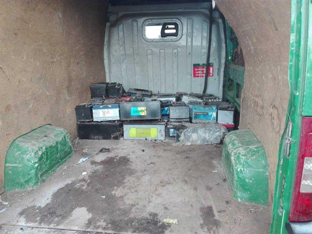 Akkumulátorok a furgonban. / Fotó NAV