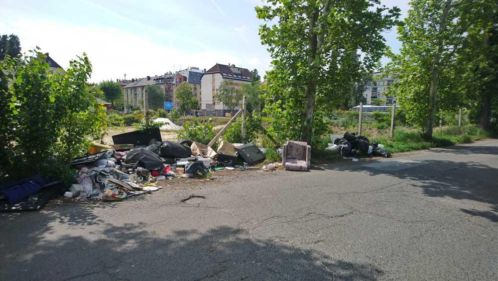 A közlekedést veszélyeztető hulladéklerakat az út mellett folyamatosan nő, csak nő.