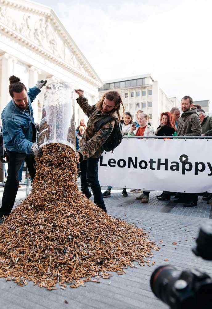 Az összegyűjtött cigicsikkek látványos kiöntése. / Fotó: leo Not Happy