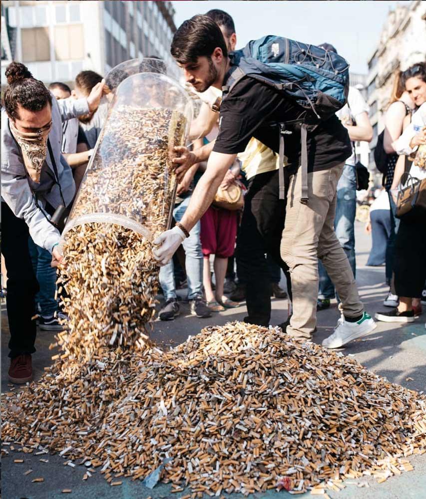 240 önkéntes által összegyűjtött hatalmas mennyiségű cigicsikk. / Fotó: Leo Not Happy