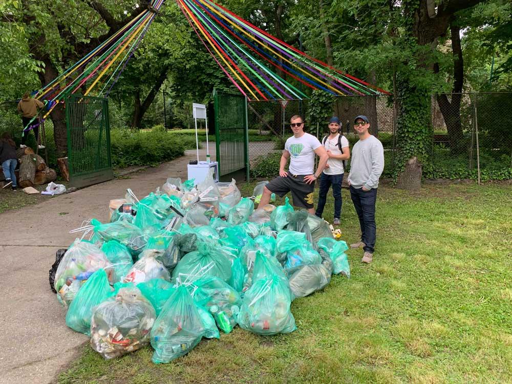 A képen az 1 konténernyi hulladékkal a JÖN Alapítvány önkéntesei.