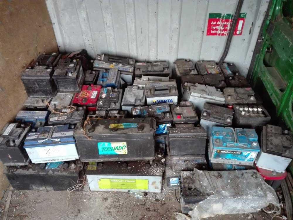 Van itt legalább 50 darab akkumulátor. / Fotó: NAV.