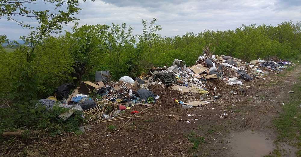 Horpács földútján egy terebélyes illegális hulladéklerakás.
