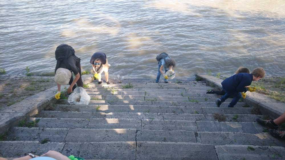 Még a Margitsziget lépcsőire is lemerészkedtek, hogy összeszedjék az oda hajigált cigicsikkeket.