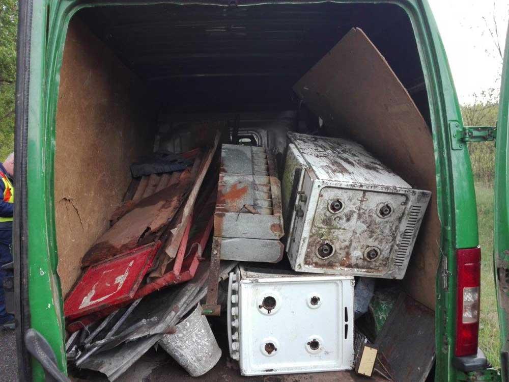 Szó szerint kilóg a lóláb: 1 610 kilogramm vaslemezhulladékot és akkumulátort foglaltak. / Fotó: NAV