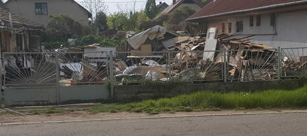 Az ingatlan szó szerint egy illegális hulladéklerakó telepnek tűnik. Ideális lakhelye a patkányoknak.