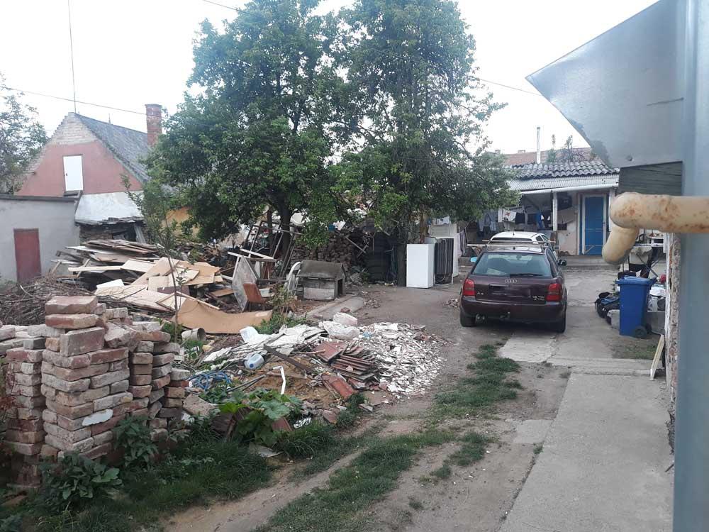 A debreceni Pacsirta utca rohadó szeméthalma.