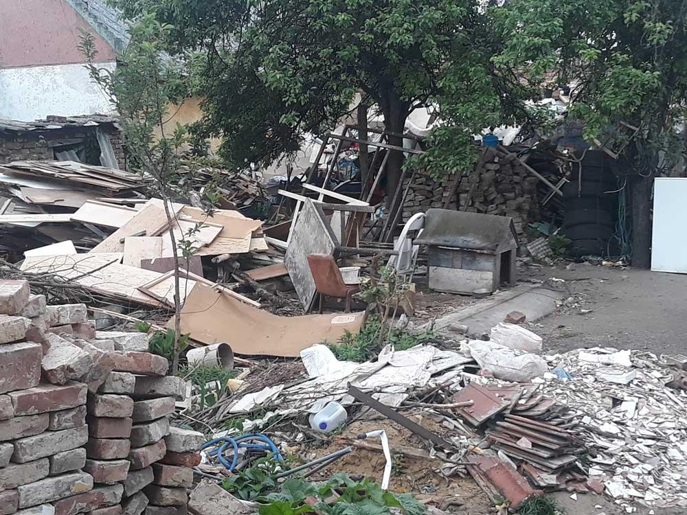 A helyszínen főként építési és bontási hulladék található.