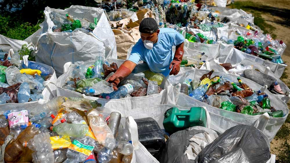 Hatalmas mennyiségű műanyag palack sodródik le nap, mint nap a Tisztán. / Fotó: MTI/Czeglédi Zsolt