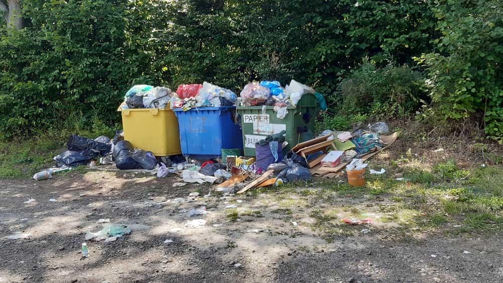 Mátraszentimre szelektív hulladékhorrora közvetlenül az erdő mellett található.