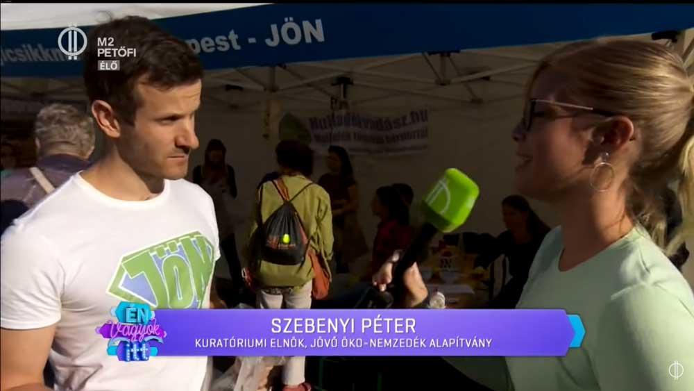 Szebenyi Péter, a JÖN elnökét kérdezi Koltay Anna riporter a cigicsikkszedő versenyről. / Fotó: Petőfi tv
