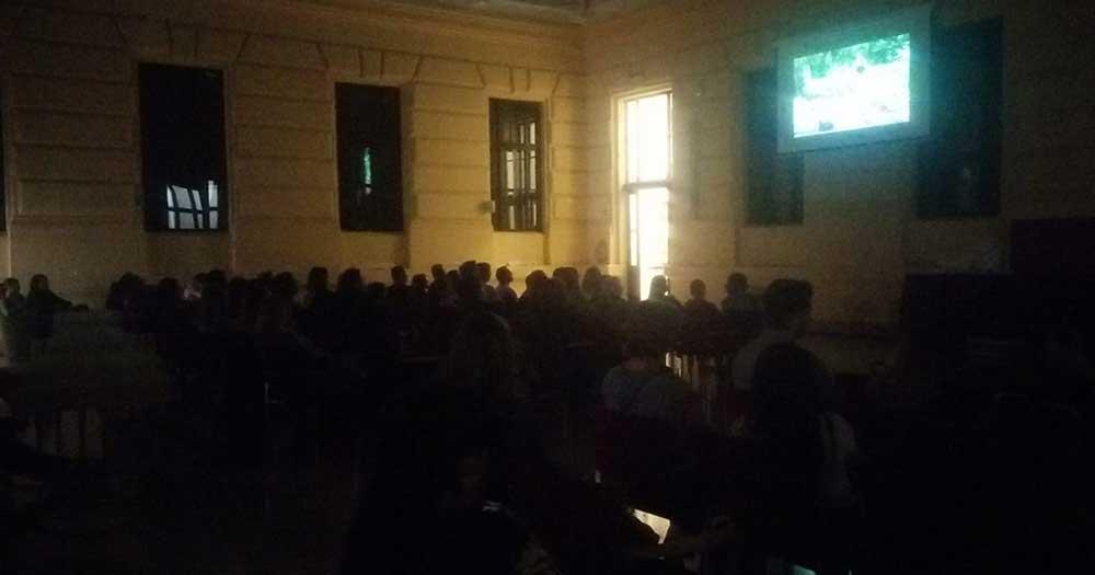 A vetítés a pillanataiban érdeklődő tömeg nézte végig a 102 perces filmet.