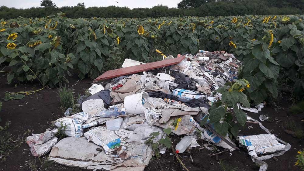 Az építési hulladék egy hatalmasat kiharapott a napraforgómező egyik oldalából.